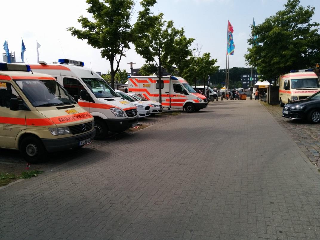 Rettungsfahrzeuge aufgereiht auf der Kieler Woche 2015